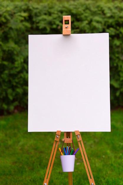Modello di supporto in bianco sullo sfondo del giardino Foto Premium