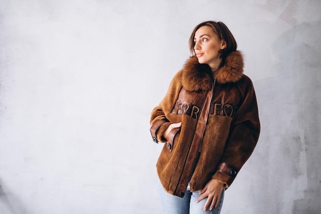 Modello donna che dimostra i panni invernali Foto Gratuite
