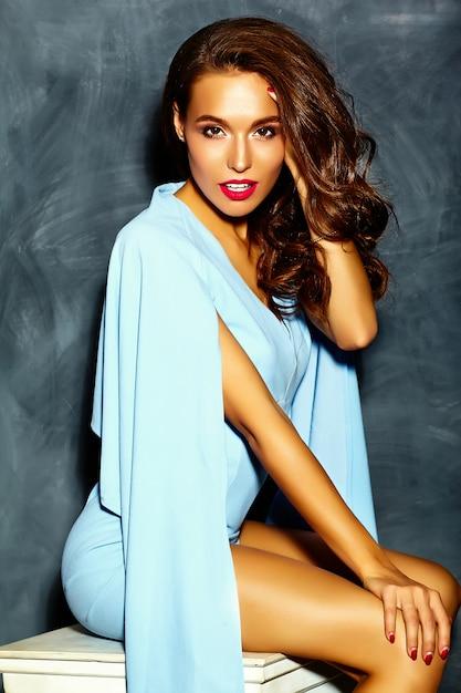 Modello elegante bella donna con labbra rosse in abito blu brillante hipster colorato luminoso di estate Foto Gratuite