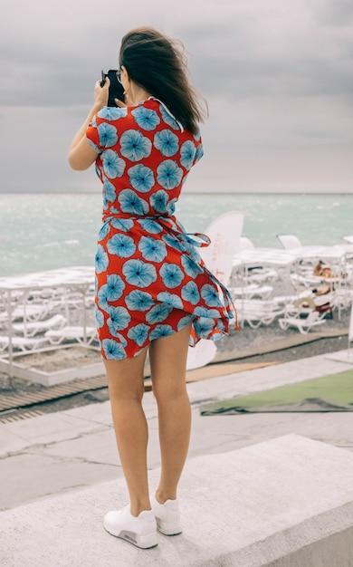 Modello femminile in un abito le riprese del mare Foto Gratuite