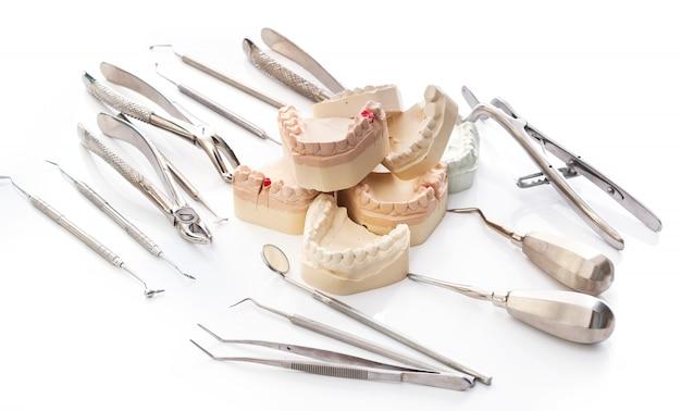 Modello in gesso di mascelle e strumenti dentali Foto Premium