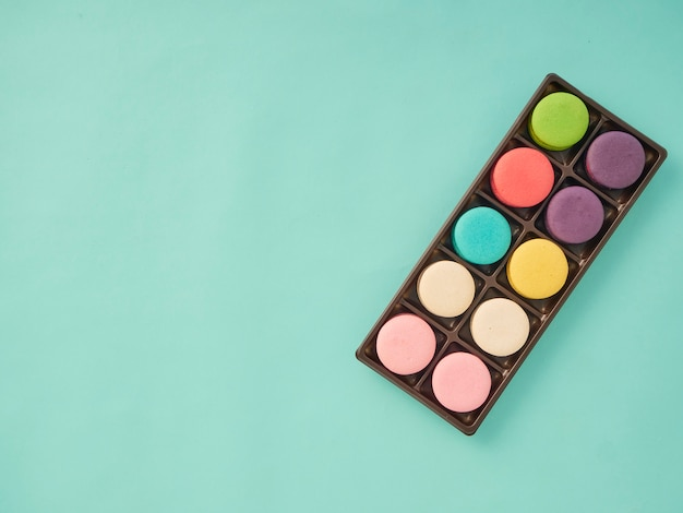 Modello macarons su sfondo blu pastello Foto Premium