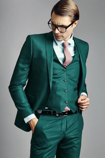 Modello maschio del giovane uomo d'affari bello elegante in un vestito e nei vetri alla moda Foto Gratuite