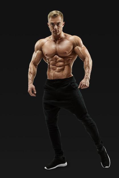 Modello maschio senza camicia che posa il centro muscolare Foto Premium