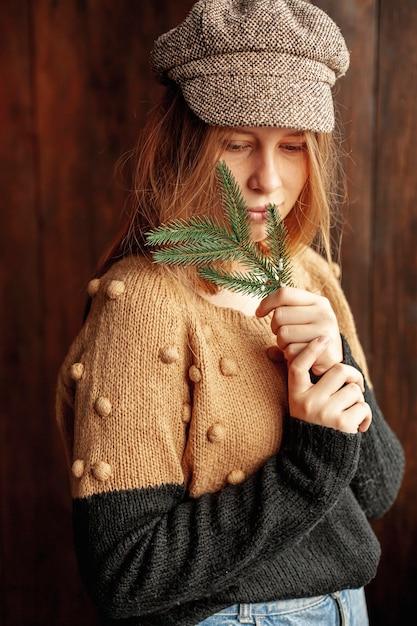 Modello medio bello con cappello e ramoscello di abete Foto Gratuite