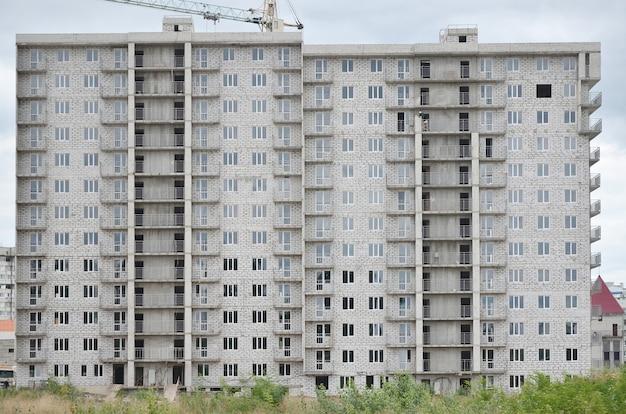 Modello strutturato di una parete residenziale della costruzione di casa del whitestone russo con molte finestre Foto Premium