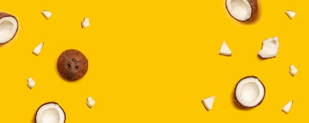 Modello tropicale cocco tropicale su sfondo giallo. distesi. Foto Premium