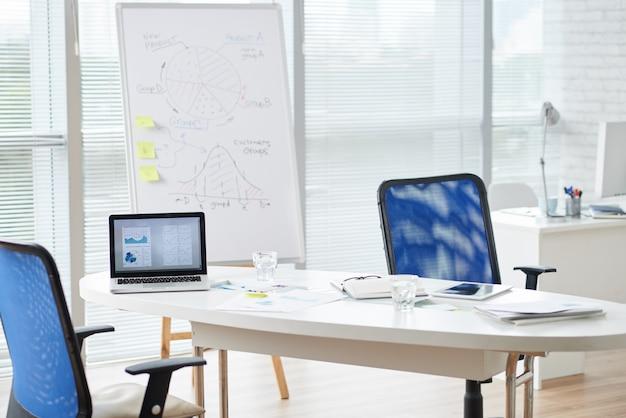 Modern office office room alla luce del giorno Foto Gratuite