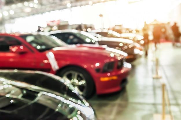 Moderne auto sportive in uno showroom Foto Premium