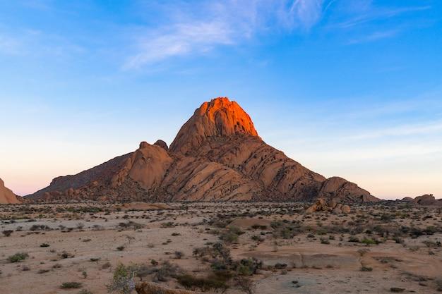 Modo di strada per le montagne di spitzkoppe. lo spitzkoppe, è un gruppo di cime di granito calvo situate nel deserto di swakopmund namib - namibia Foto Gratuite