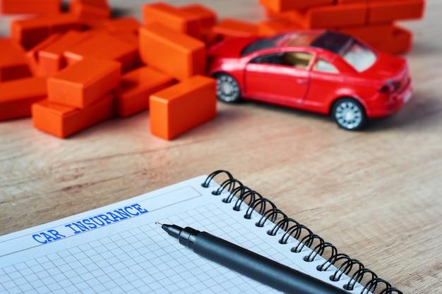 Modulo di assicurazione e un'auto schiantata. concetto di assicurazione auto Foto Premium