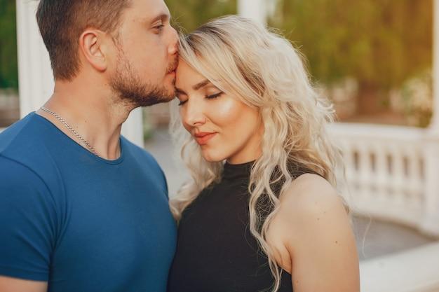 Moglie con suo marito in un parco estivo Foto Gratuite
