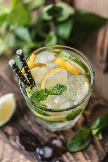 Mojito cocktail con lime, limone e menta in un bicchiere Foto Premium