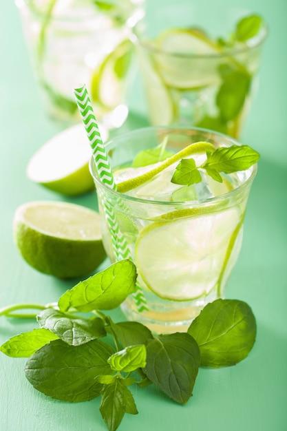 Mojito cocktail e ingredienti sul tavolo verde Foto Premium