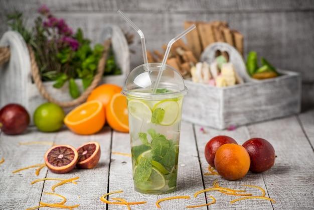Mojito cocktail in un ufficio sul tavolo rustico Foto Premium