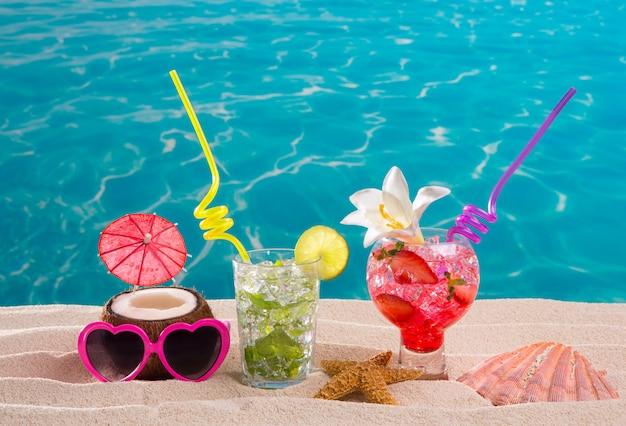 Mojito e fragola cocktail sulla spiaggia di sabbia bianca Foto Premium