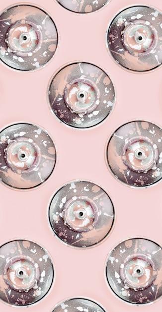 Molte bombolette spray usate per disegnare graffiti si trovano sul rosa Foto Premium