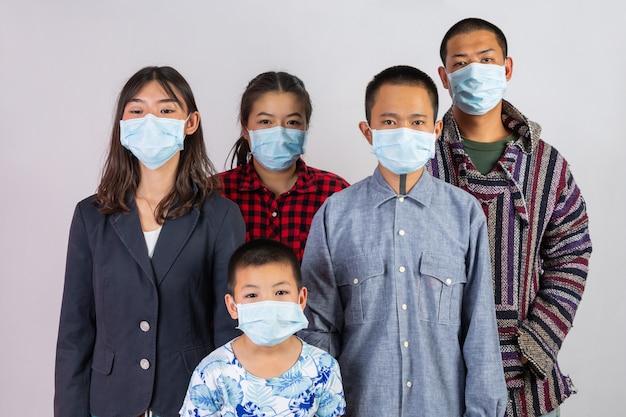 Molte persone indossano maschere che agiscono su uno sfondo bianco. Foto Gratuite