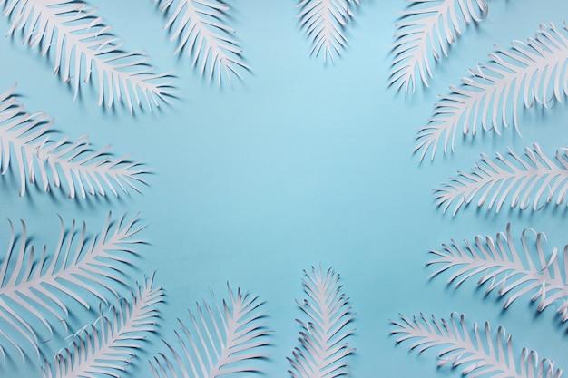 Molte piume di foglie fatte a mano di carta disposte in un cerchio Foto Premium