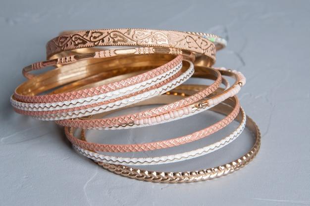 Molti braccialetti su grigio Foto Premium