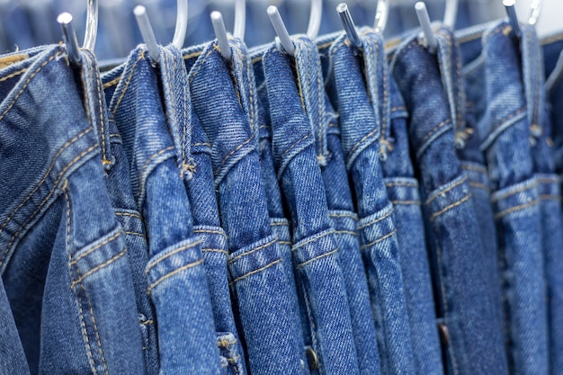 Molti jeans denim appesi a un rack Foto Premium