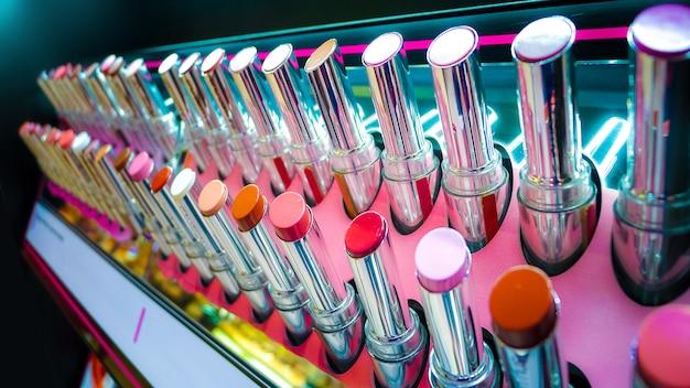 Molti rossetto sullo scaffale, multi colore e vista ravvicinata, sfondo rossetti Foto Premium