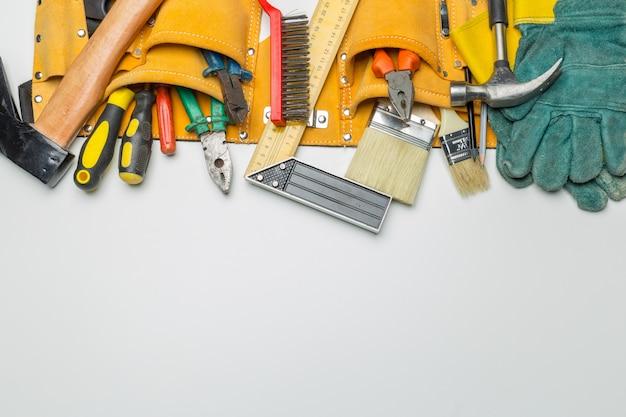 Molti strumenti su sfondo bianco Foto Premium