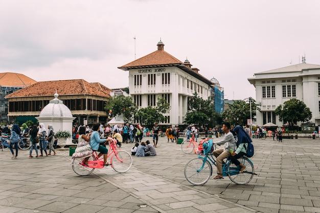 Molti turisti stanno cavalcando biciclette colorate dal servizio di noleggio. Foto Premium