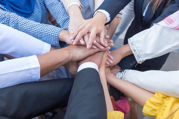 Molti uomini d'affari si uniscono per il primo accordo per fare affari insieme. Foto Premium