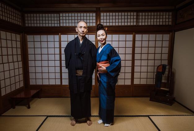 Momenti giapponesi senior delle coppie in una casa tradizionale Foto Premium