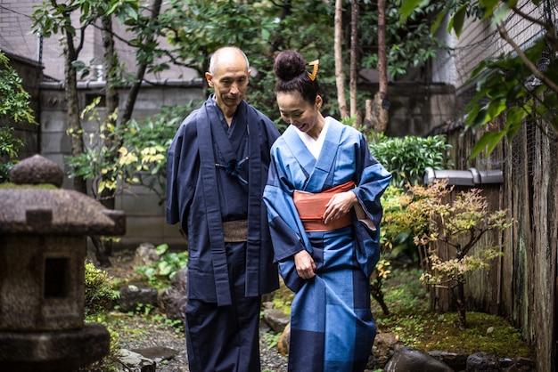 Momenti senior di lifestyle delle coppie in una casa giapponese tradizionale Foto Premium