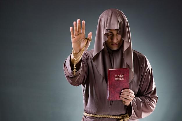 Monaco nel concetto religioso Foto Premium