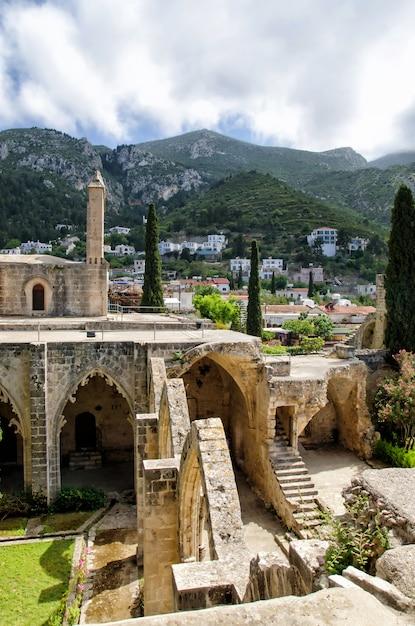 Monastero dell'abbazia di bellapais nella cipro del nord Foto Premium