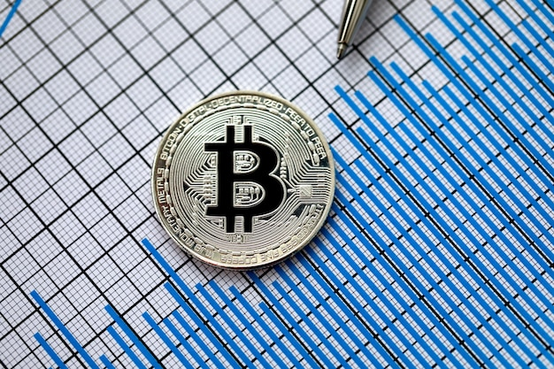Moneta criptovaluta bitcoin con penna d'argento Foto Premium