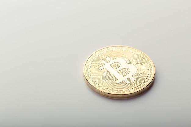 Moneta dorata di bitcoin isolata su bianco Foto Premium