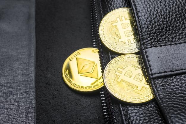 Monete bitcoin (btc), nel portafoglio. blockchain. valuta internazionale. vista dall'alto. e-business. distesi Foto Premium