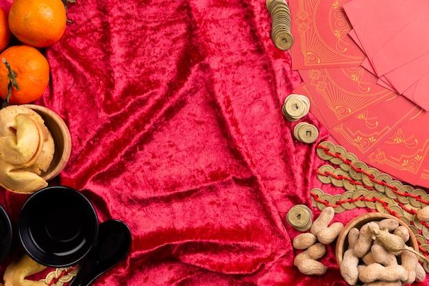 Monete cinesi e arachidi di nuovo anno su velluto Foto Gratuite
