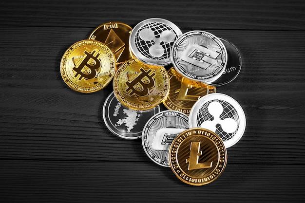 Monete d'argento e d'oro con bitcoin Foto Premium