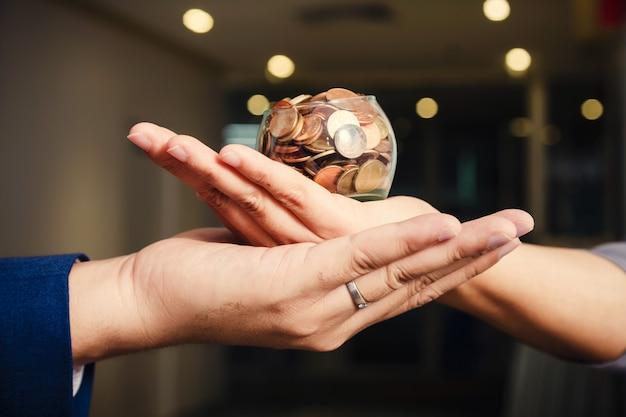 Monete in mano. concetto di risparmio di denaro Foto Premium