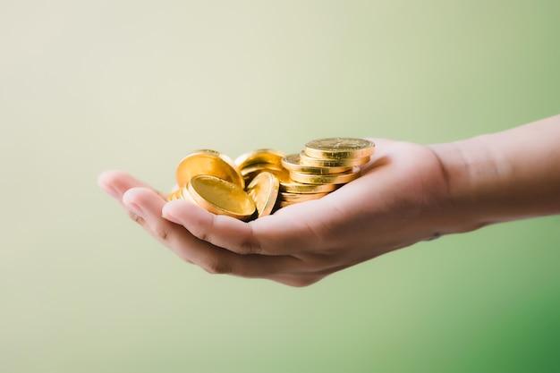 Monete in mano, risparmio, concetto di business crescere Foto Premium