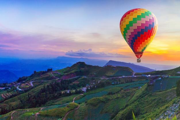 Mongolfiera sulla bella montagna Foto Premium
