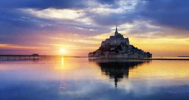 Mont saint michel al tramonto, francia Foto Premium
