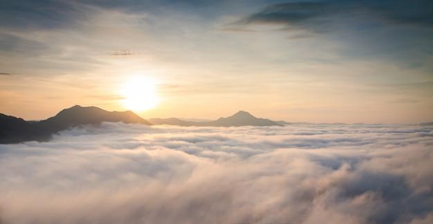 Montagna con foschia bianca nell'alba di mattina, paesaggio della natura Foto Premium