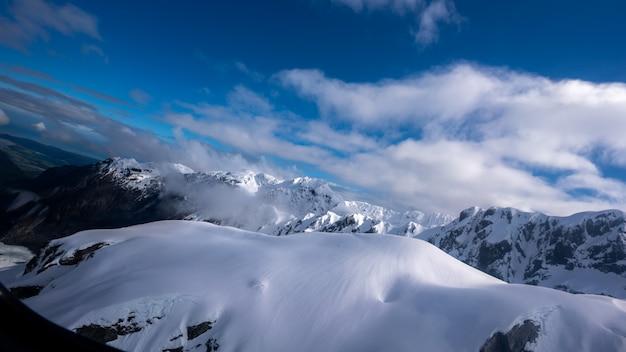 Montagna con paesaggio invernale Foto Premium