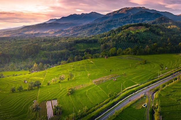 Montagna di bellezza con incredibile colore del cielo Foto Premium