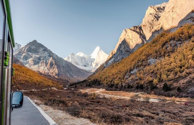 Montagna santa di yangmaiyong in valle di autunno sul picco alla riserva naturale di yading Foto Premium