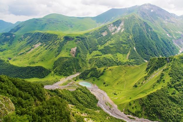 Montagne della georgia e fiumi di montagna. Foto Premium