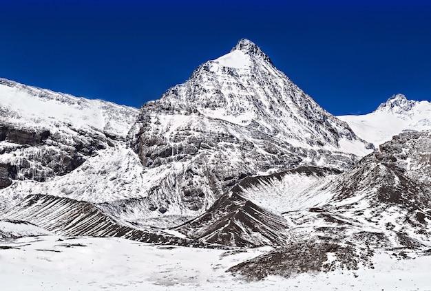 Montagne intorno al lago tilicho Foto Premium