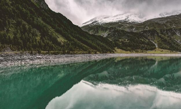 Montagne verdi e lago Foto Gratuite