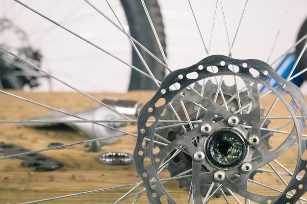 Montare la ruota posteriore mountain bike sul tavolo. Foto Premium